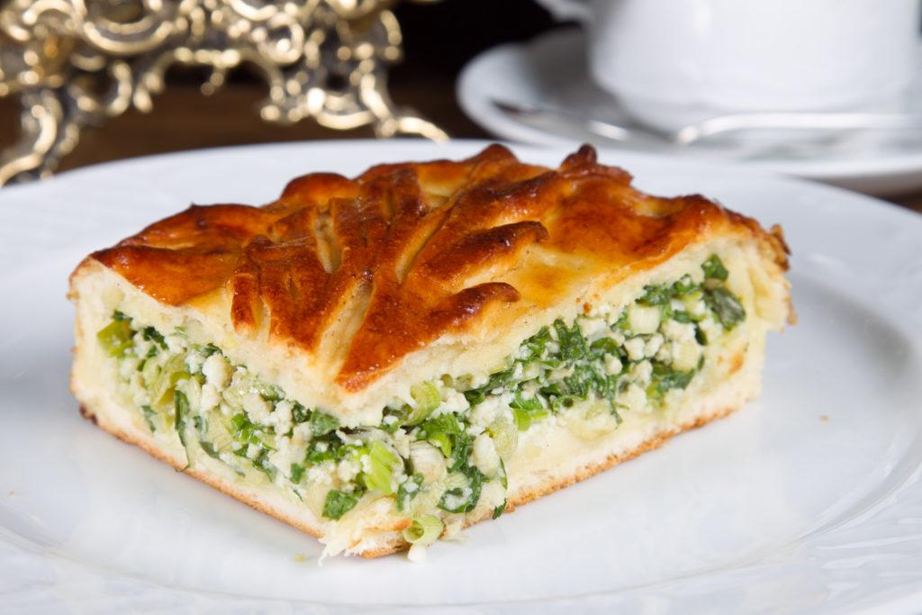 Дрожжевой мясной пирог с овощами и зеленью
