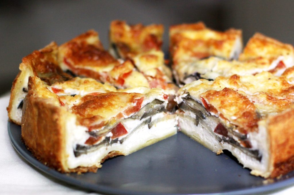 Дрожжевой пирог с мясом помидорами и базиликом