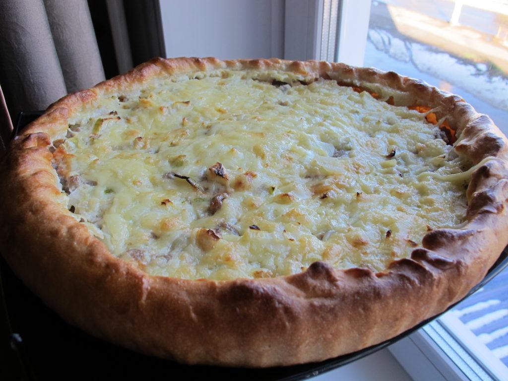 Открытый мясной пирог с сыром на дрожжевом тесте