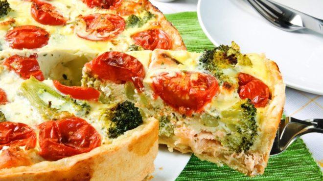 Пирог киш-лорен с красной рыбой и брокколи