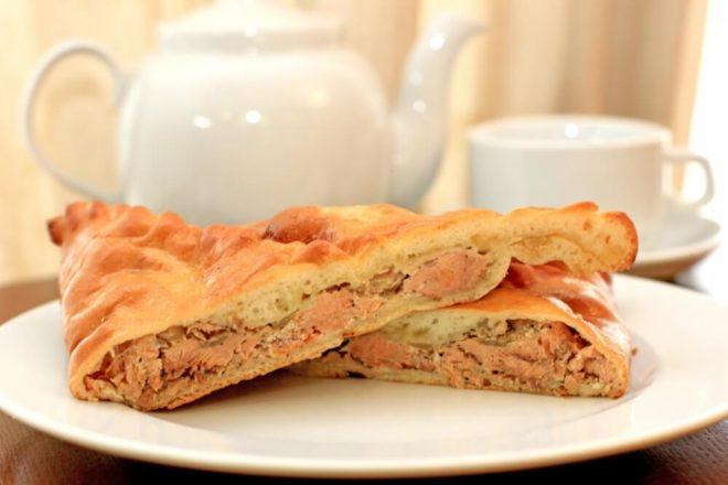 Рецепт с фото пирога с красной рыбой и сыром из слоеного теста: пошагово