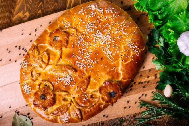 Дрожжевой пирог с капустой и горбушей