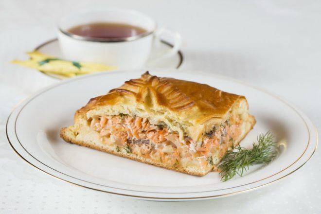 Пирог с картофелем и красной рыбой