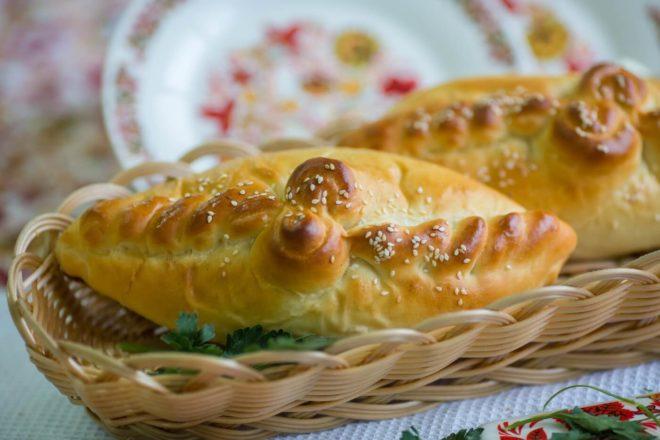 Капустный пирог с помидорами и высушеными грибами